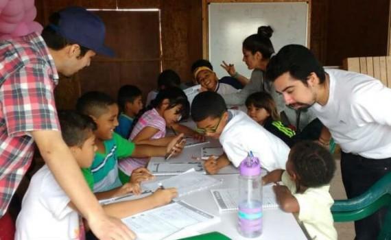 Universitarios llevan el inglés a escolares de campamentos de Antofagasta
