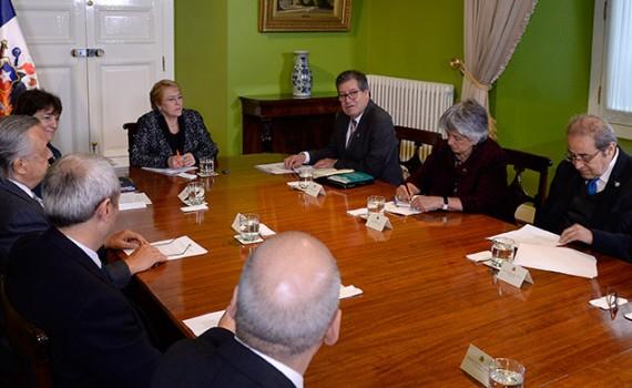 Universidades regionales entregaron a la Presidenta Bachelet documento sobre descentralización