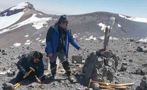 Científicos UCN instalan estación meteorológica en cráter del volcán Lascar